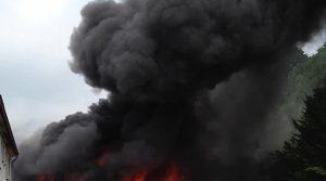 114 Einsatzkräfte der Feuerwehren kämpften gegen die Flammen! Werkraum durch Brand vollkommen zerstört | Bergneustadt/Wiedenest