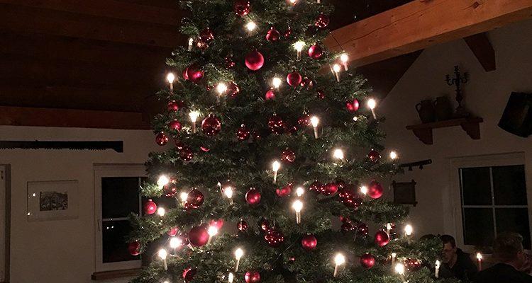 Weihnachten, nur noch ein Fest des Kommerzes? Weihnachten ist für die Mehrheit der Deutschen ein Familienfest, Christbaum ist ein Muss