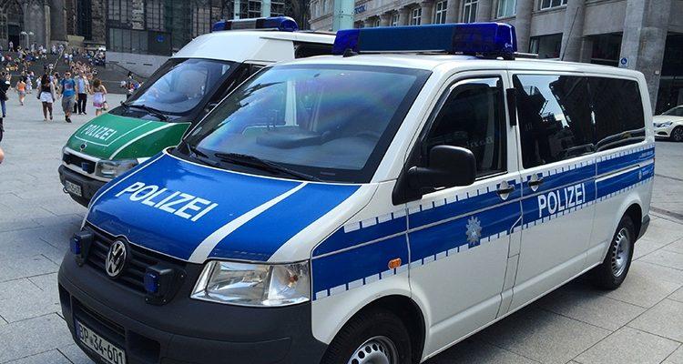 Köln: Komplettes Urlaubsgeld bei brutalo Raubüberfall geraubt! Frau auf Krücken geschlagen und zu Boden gerissen! Zeugensuche