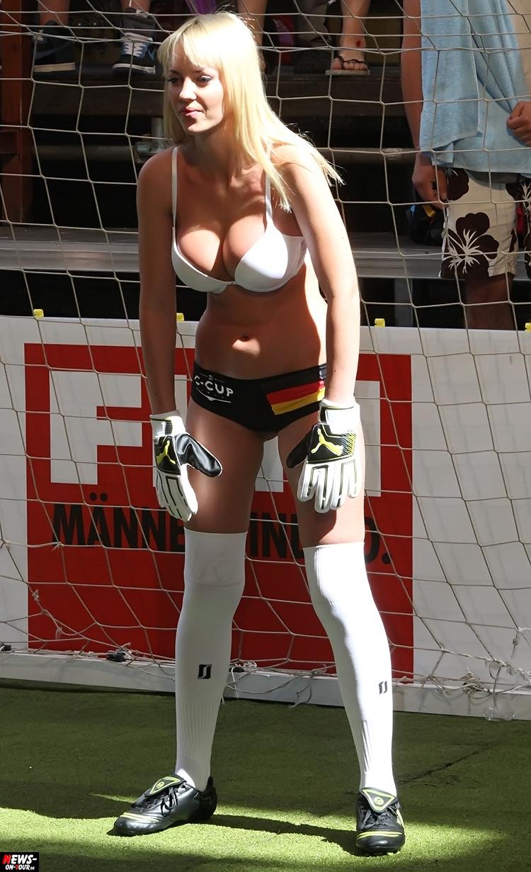 uefa-euro-2016_ntoi_05_sexy_fussball_football-girls_babes_kick-lingery_underwear_models_bra_bh_megapark_mallorca