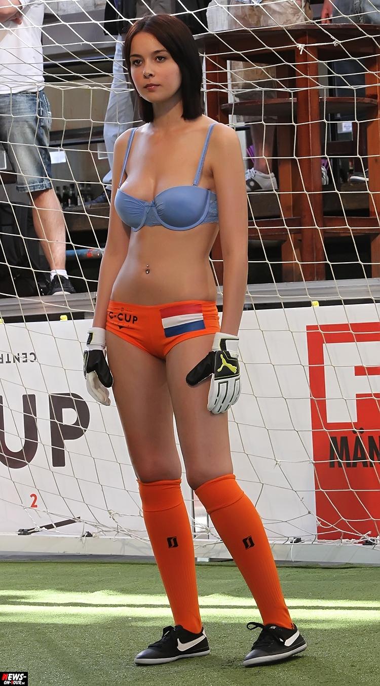 uefa-euro-2016_ntoi_15_sexy_fussball_football-girls_babes_kick-lingery_underwear_models_bra_bh_megapark_mallorca