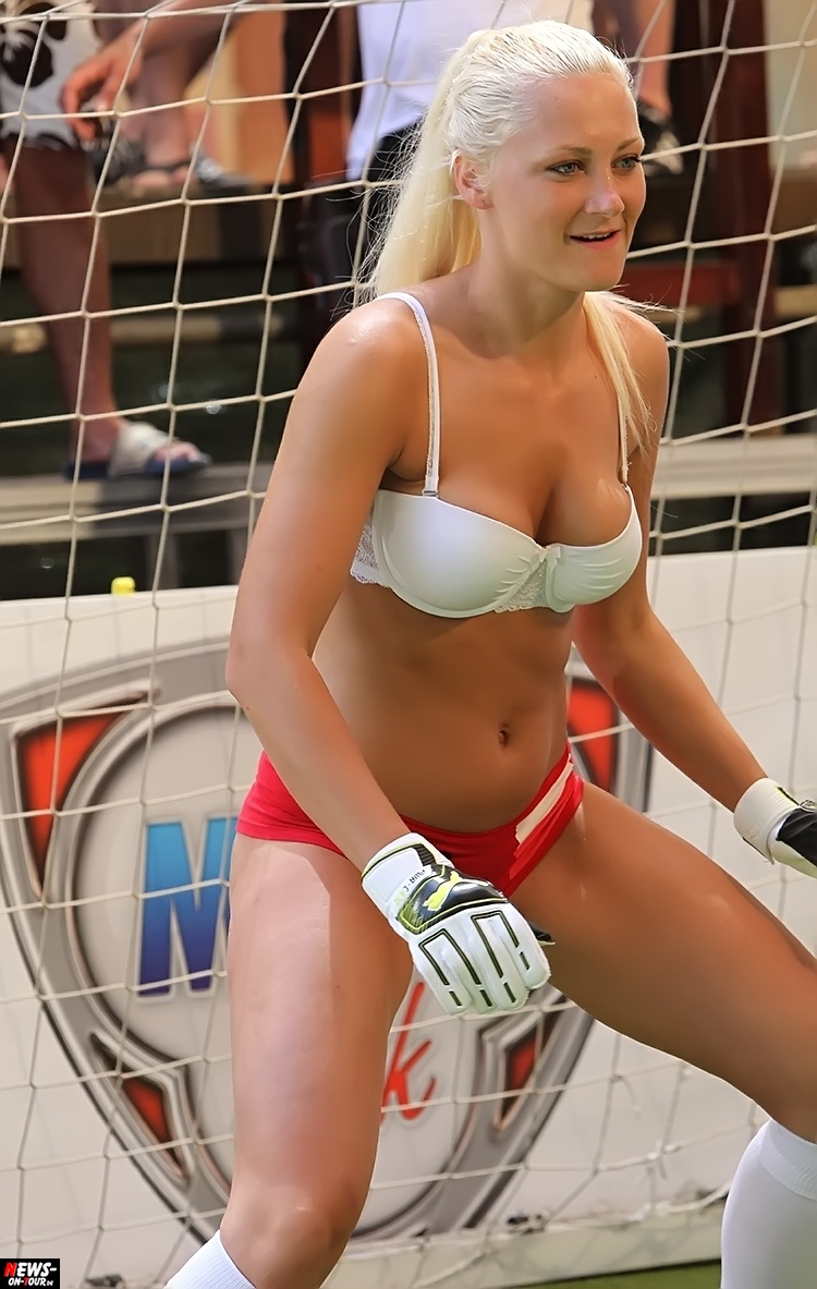 uefa-euro-2016_ntoi_28_sexy_fussball_football-girls_babes_kick-lingery_underwear_models_bra_bh_megapark_mallorca