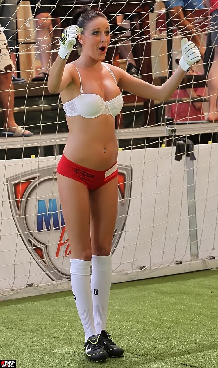 uefa-euro-2016_ntoi_32_sexy_fussball_football-girls_babes_kick-lingery_underwear_models_bra_bh_megapark_mallorca