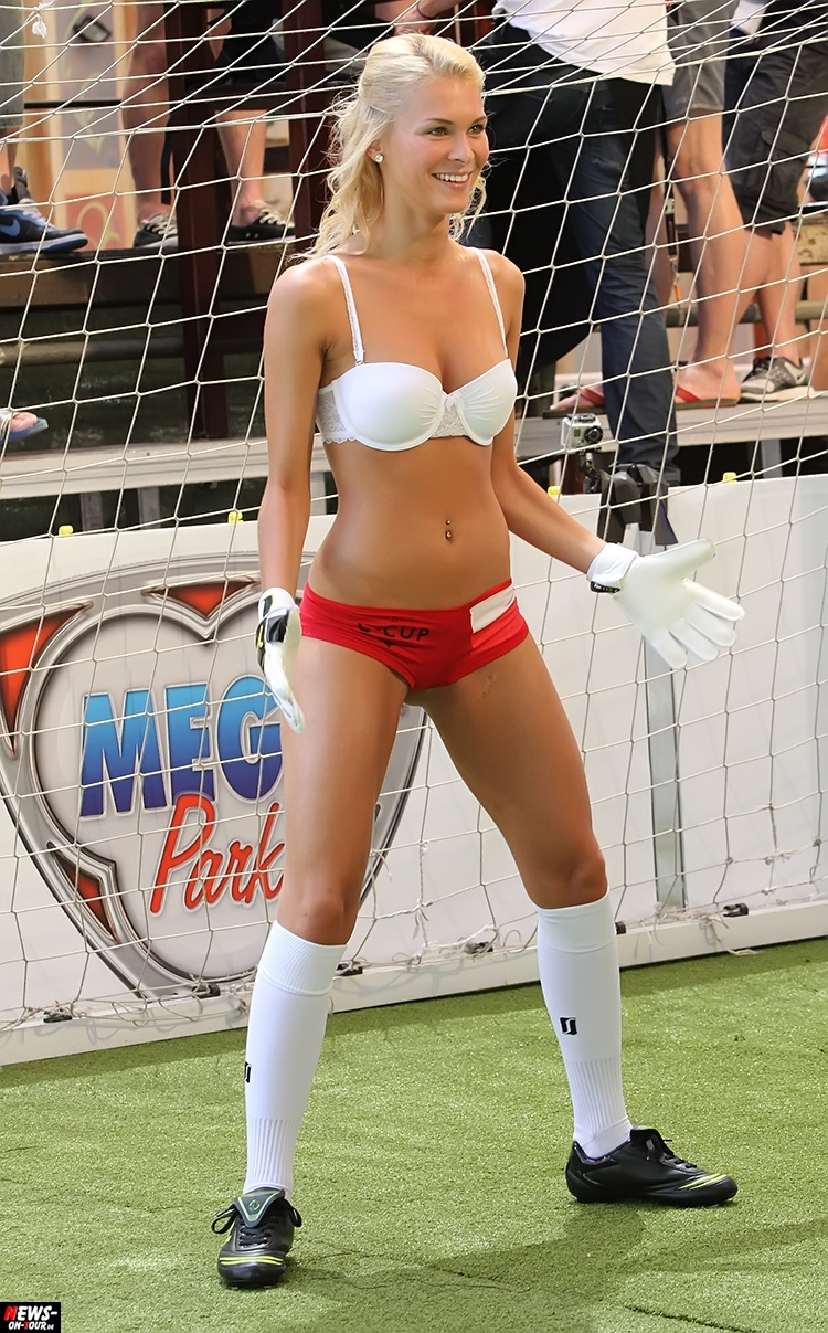 uefa-euro-2016_ntoi_34_sexy_fussball_football-girls_babes_kick-lingery_underwear_models_bra_bh_megapark_mallorca