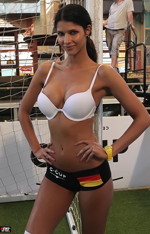 uefa-euro-2016_ntoi_38_sexy_fussball_football-girls_babes_kick-lingery_underwear_models_bra_bh_megapark_mallorca