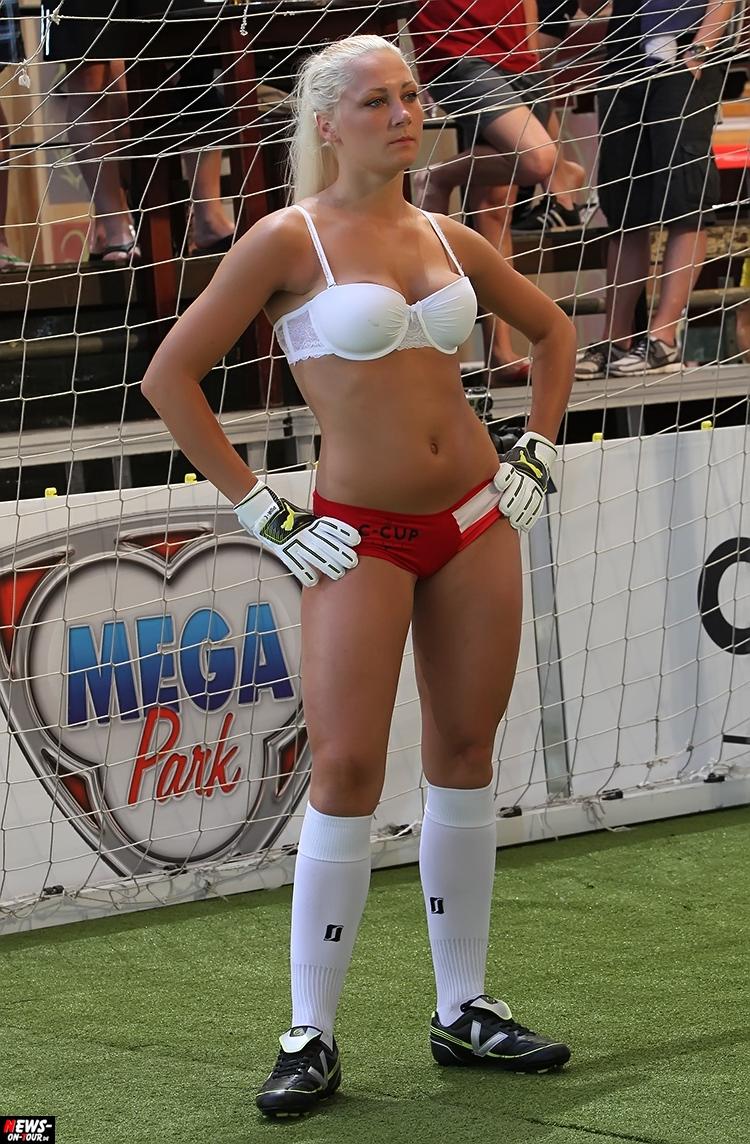 uefa-euro-2016_ntoi_39_sexy_fussball_football-girls_babes_kick-lingery_underwear_models_bra_bh_megapark_mallorca