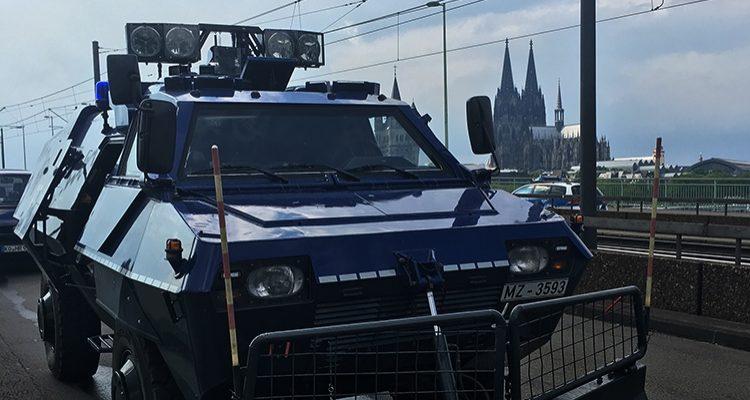 """1. FC Köln Fans feiern den Klassenerhalt! Polizei als """"Spielverderber"""". Es hagelte Anzeigen!"""
