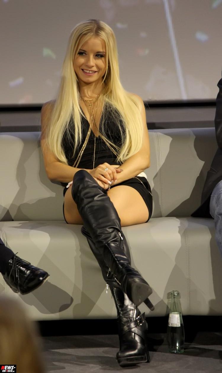 blond chick porno xxx pornostar blond blondine young hpt lack leder overknees stiefel nuerburgring-ole-2017_ntoi_04_mia-julia