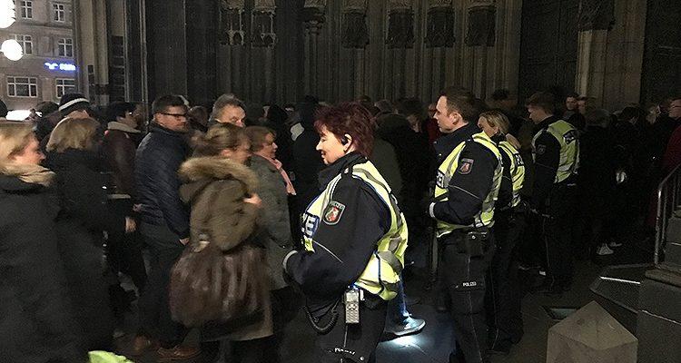 Terrorangst! Taschenkontrolle der Polizei mit Maschinengewehr zur Christmette in der Heiligen Nacht am Kölner Dom