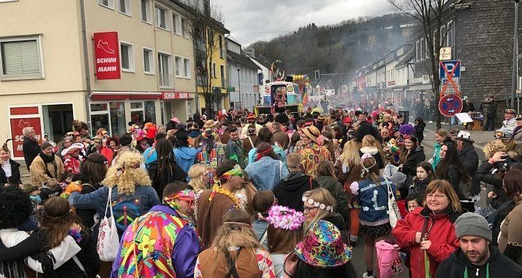 Weiberfastnacht im Oberbergischen Kreis: 13 Personen verhaftet! Polizei hauptsächlich in Wipperfürth und Lindlar im Einsatz