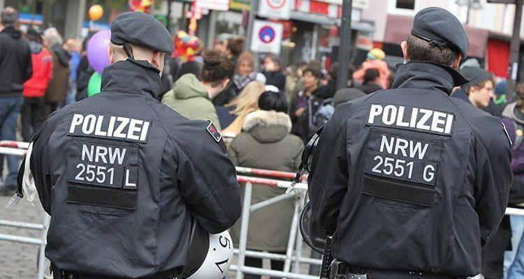 Drei Leichtverletzte nach Beschuss mit Pfeilen am Barbarossaplatz (Köln Neustadt-Süd) Zeugensuche
