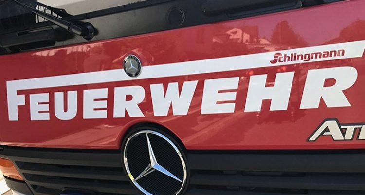 Köln: Einsatzkräfte von Polizei und Feuerwehr mit Flaschen beworfen