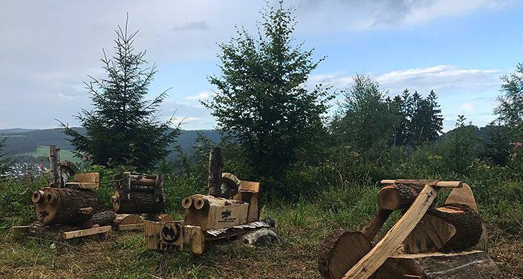 Bergneustadt (NRW): Phantastische Holzskulpturen am Waldesrand! Wilde 13, Roter Baron, Schumi Flitzer u.v.m. | Foto(s) des Tages