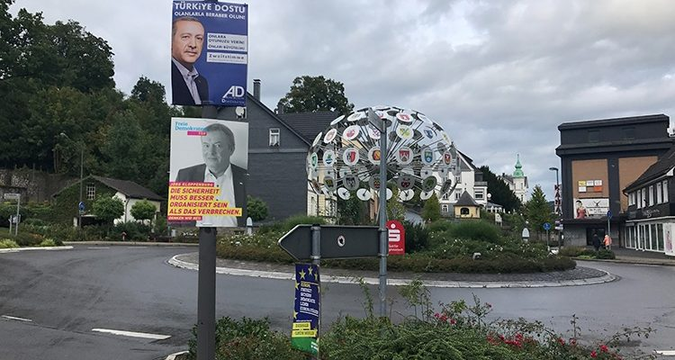 Warum hängt ERDOGAN mitten im Herzen von BERGNEUSTADT? Plakat sorgt für Unruhe im Oberbergischen | Wahlkampf 2017