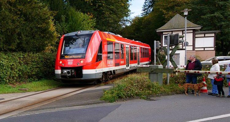 Sturz auf Gleisen mit Rennrad! Bahnverkehr wurde gestoppt (Engelskirchen)