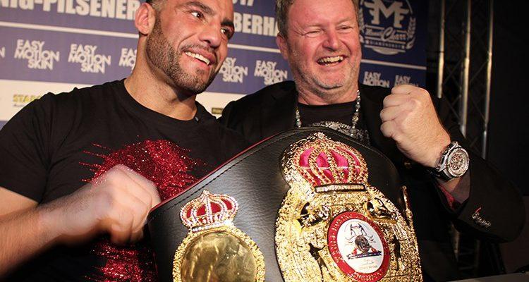 Oberhausen: Manuel Charr seit 1932 erster deutscher Schwergewichts-Champion seit Max Schmeling. Charr besiegt Alexander Ustinow
