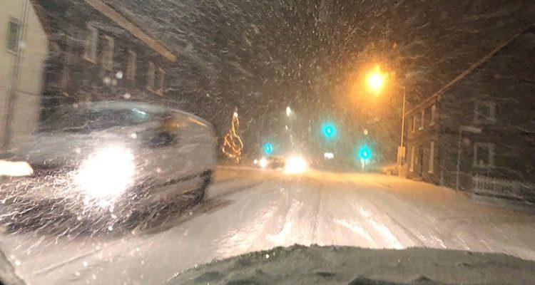 Lindlar: Rutschpartie auf schneeglatter Fahrbahn! 3 Verletzte bei Verkehrsunfall