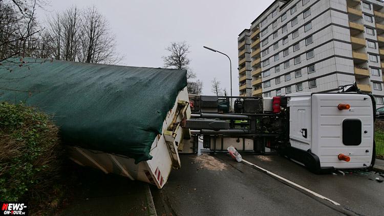 Bergneustadt Unfall! Müllwagen ist umgekipppt und liegt quer auf der Fahrbahn. Hackenberg, Talsperrenstraße