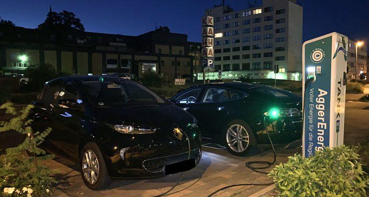 Foto des Tages: Elektromobilität bei Nacht in Bergneustadt