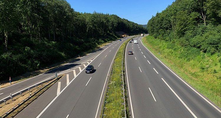 Verfolgungsjagd auf Autobahn endete am Ende zu Fuß! Mercedes-Fahrer ohne Fahrerlaubnis gestoppt