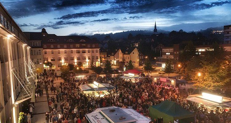 Bergneustadt: Nach Unwetter pilgerten rund 2.000 Zuschauer zum 18. Rathaus Platz Open-Air