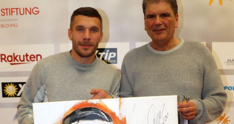 Promis unterstützen Lukas Podolski Stiftung mit handsignierten Portraits von Künstler Michael Strogies. Jetzt Gebote abgeben…
