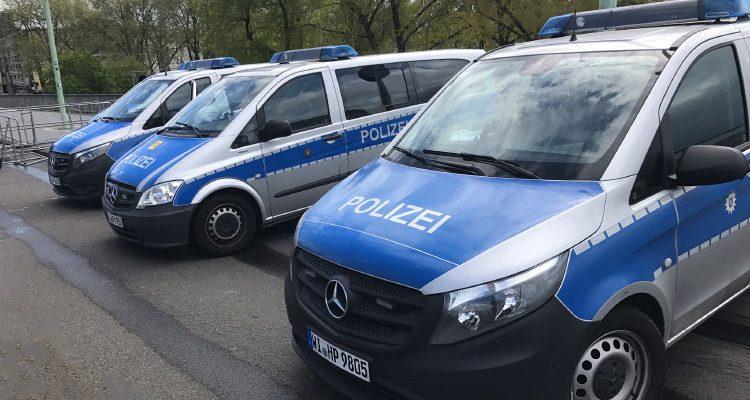 Köln: Mann klettert in Innenstadt auf Baukran und will springen! Stundenlanger Einsatz