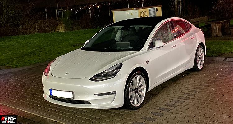 Keine Energie mehr: Tesla-Fahrer ´tankt´ auf Männertoilette der Polizei in Mettmann