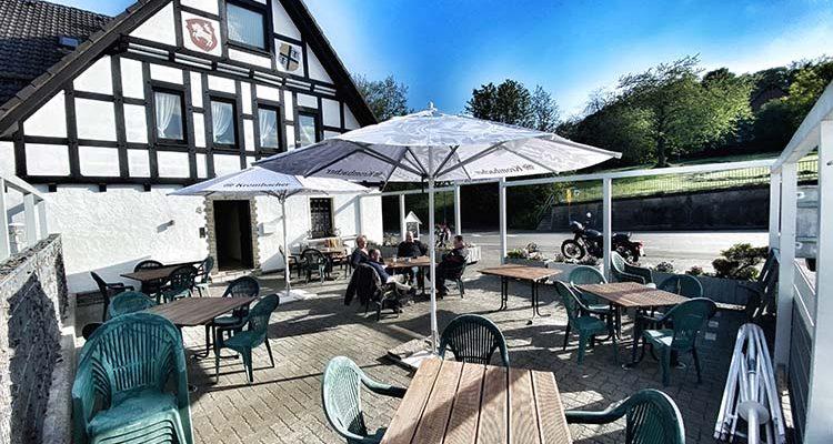 Buddes Wirtshaus lockt mit Biergarten! Gasthof liegt auf der Grenze zum Oberbergischen Kreis und dem Sauerland