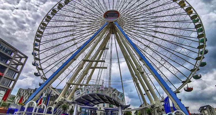 Riesenrad am Schokoladenmuseum Köln ermöglich faszinierenden Blick auf den Dom und die Metropole am Rhein