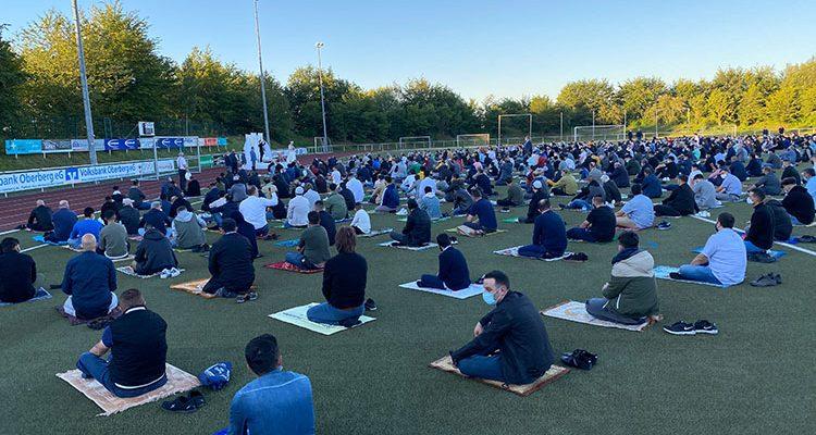 500 Gläubige zum Morgengebet im Stadion des SSV Bergneustadt anläßlich des Islamischen Opferfestes ´Kurban Bayrami´ (Eid ul-Adha)