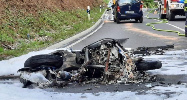 Windeck/Waldbröl: Motorrad prallte frontal gegen entgegenkommenden PKW! Fahrer sprang vorher ab