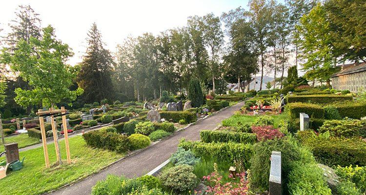 Köln: 93-jährigen Senior auf Friedhof überfallen! Zeugen gesucht