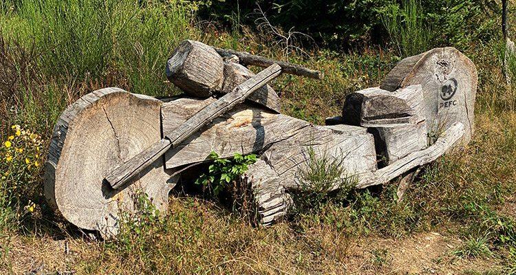 Foto des Tages: Harley Davidson im Wald! Tolle Kunstwerke aus Holz