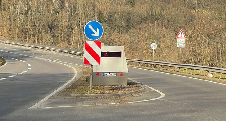 Rote Farbe auf mobilen Blitzer gesprüht! (Hildesheim) Verkehrsteilnehmer meldeten die Sachbeschädigung