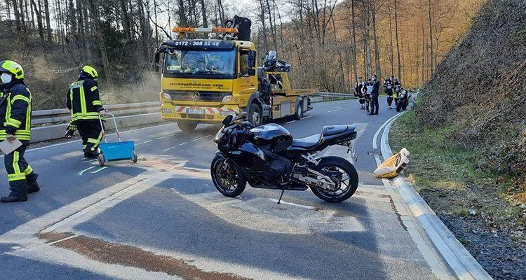 Windeck/Waldbröl: Schwerer Unfall auf dem Schladernring (B256)! Drei Motorräder beteiligt