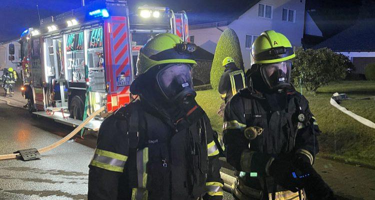 Carport Brand schlug auf Dachstuhl über! 75 Einsatzkräfte der Feuerwehr Bergneustadt im Einsatz (Mit Video!)