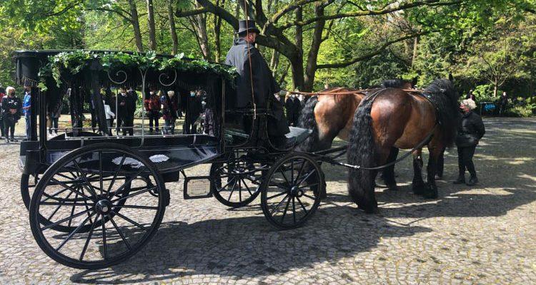 Willi Herren Beerdigung: Weit über 500 Trauergäste! Beisetzung mit Pferdekutsche und Applaus auf dem Melaten Friedhof Köln (Mit Video)