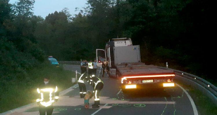 Schladernring: Motorradfahrer tödlich verletzt! In Gegenverkehr unter LKW (Windeck Gierzhagen, B 256)