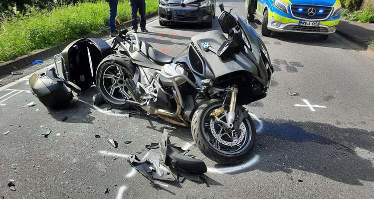 Motorradfahrer schwer verletzt! Bike zwischen zwei PKWs eingeklemmt. (Windeck)