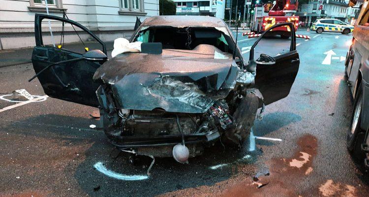 Auto knallt gegen Mauer! 21-jährige Beifahrerin tödlich verletzt (Eitorf) Totalschaden