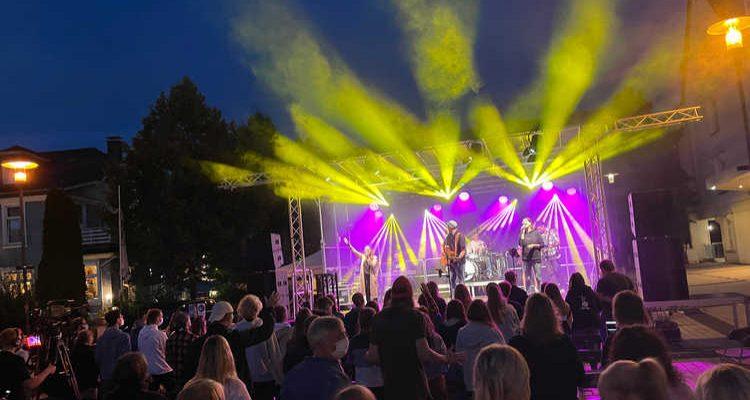 OPEN-AIR Rathausplatz Bergneustadt gut besucht! Lifeline & LOBEN OPEN Live on Stage beim Jugendgottesdienst