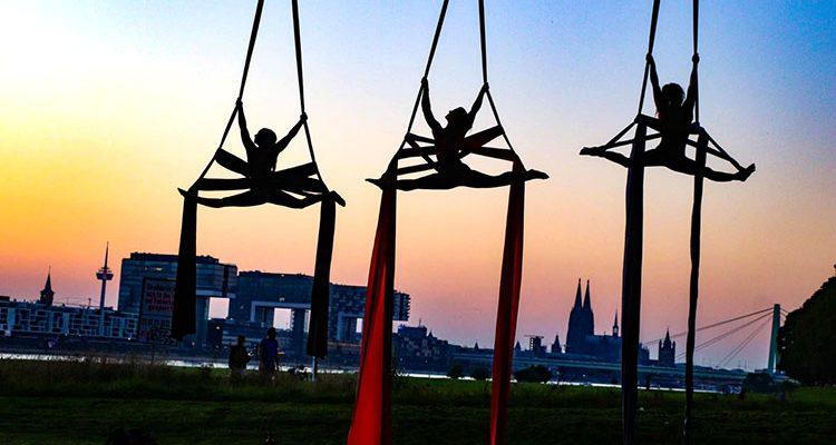 Fotos des Tages: ´Daily Moments!´ Kölner Skyline bei Nacht. Kranhäuser Rheinauhafen, Hohenzollernbrücke und Kölner Dom